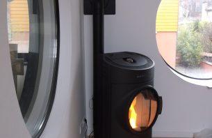 Poêle Austroflamm, modele CLOU pellets, avec accumulation de chaleur incorporée et jusca 8 heures de restitution.
